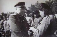 Кузнецов В.И. вручает награды. 1945 г.