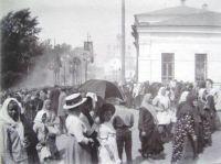 Крестный ход в 9 Пятницу по Преображенской улице. Фото Б.И. Чернавина. Нач. ХХ в.