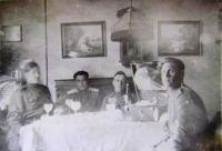 Шешуков М.Ф. (справа) в квартире жителей Ростока. 2.05.1945 г.