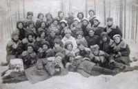 Онянова Л.А. в верхнем ряду слева. Снайперская рота. 1944 г.