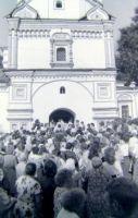 Крестный ход в 9 Пятницу у Богоявленской церкви. Фото В.А. Савинова. 1991 г.