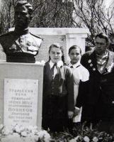 Новиков А.А. на могиле брата. 1968 г.